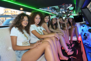 Le ragazze in limousine (foto Fabio Meola)